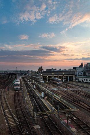 夕方の向野橋からJR東海の名古屋車輌基地と鉄道を撮影