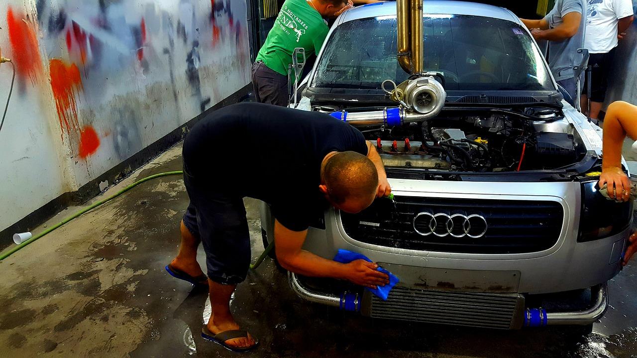 車を修理・整備やメンテナンスしているところ