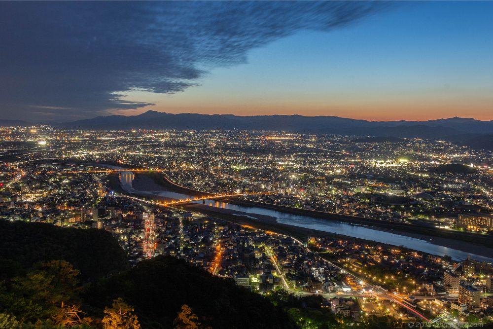 金華山展望台からの長良川の夜景の眺め
