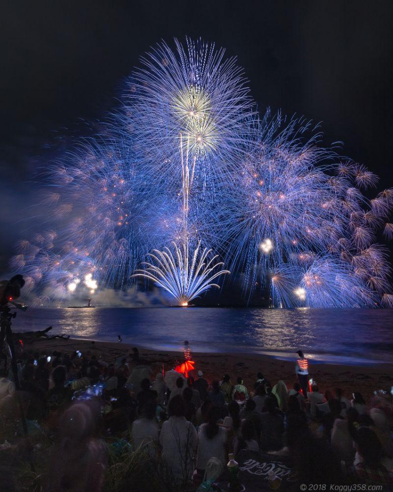 3尺玉と水上自爆が目玉!鈴鹿げんき花火大会を白子港のビーチで撮影