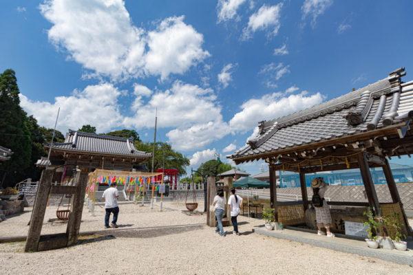 三重県の金井神社の花手水と風鈴の雰囲気